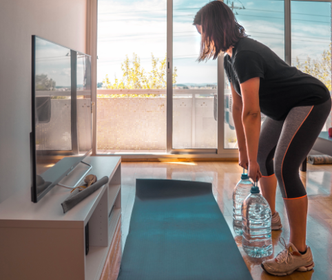 home-golf-workout-using-water-bottles